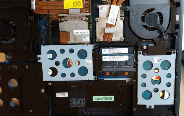 Alienware M17x R3 von innen mit zwei HDDs